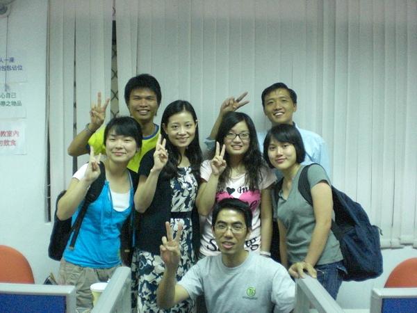 計量分析最後一堂課與同學合影,老師 (左三) 人超親切的!