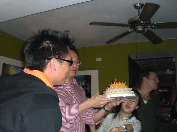 重頭戲上場囉!生日蛋糕伺候。