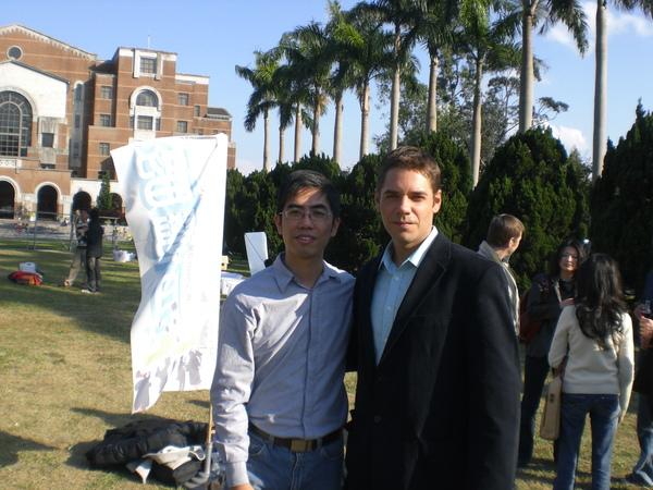 與好友 Rhett 合影。他是一個很隨和的人,中文好得沒話,還會講台語哩!