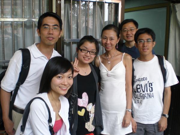 組織行為課最後一堂作完報告與組員及教授 (右三,別懷疑,她是牛津大學心理學博士) 合影