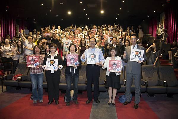 朱立倫市長帶教育營成員一起觀賞「台灣黑狗兄」