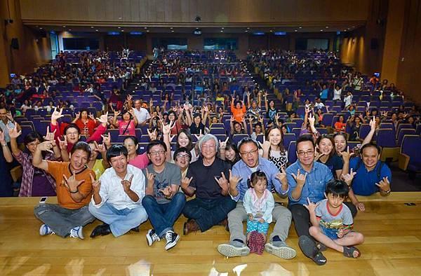 爆滿的觀眾與導演、睏熊霸樂團