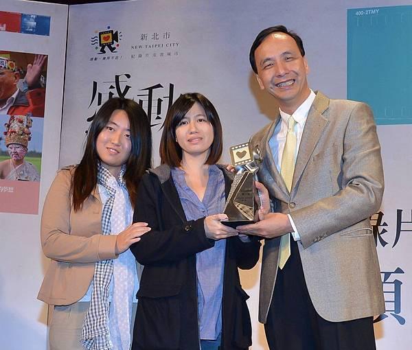 第一名【我在台灣,我正青春】導演傅榆與主角蔡博藝領獎