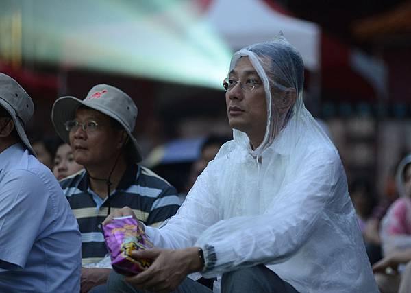 新聞局長林芥佑穿著雨衣和大家一起看電影