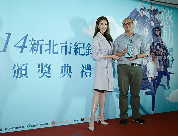 第二名「那個靜默的陽光午後」,導演陳志漢與大使隋棠