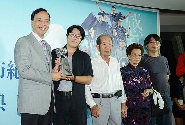 周文欽導演連續參加三年,終於得冠,與「蹦火」的主角們一同上台領獎