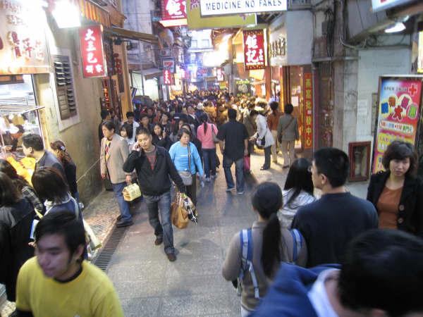 街道人潮很多