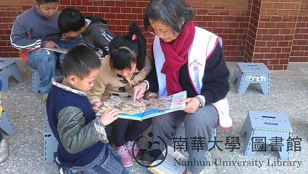 義工曹老師和小朋友一起玩迷宮遊戲