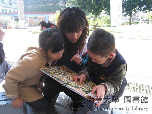 綠豆姐姐陪小朋友玩迷宮遊戲