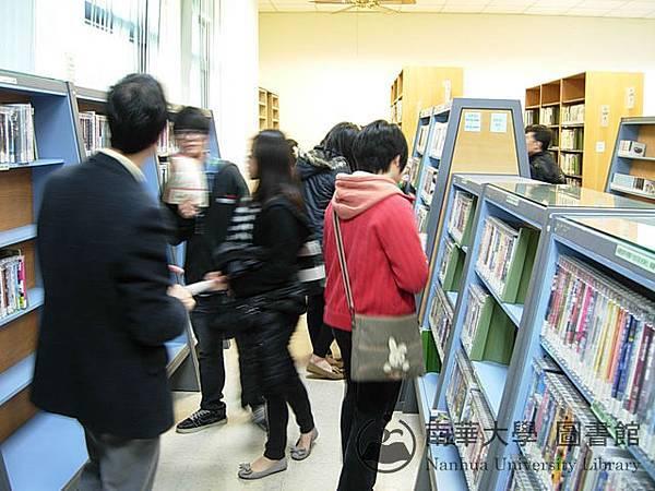 東石高中學生參觀圖書館視聽區