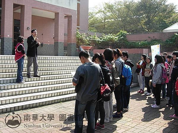 圖書館館長為東石高中學生導覽