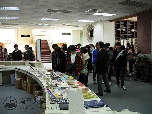 東石高中學生參觀圖書館