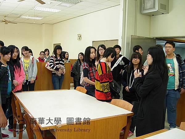 東石高中學生參觀圖書館K書中心