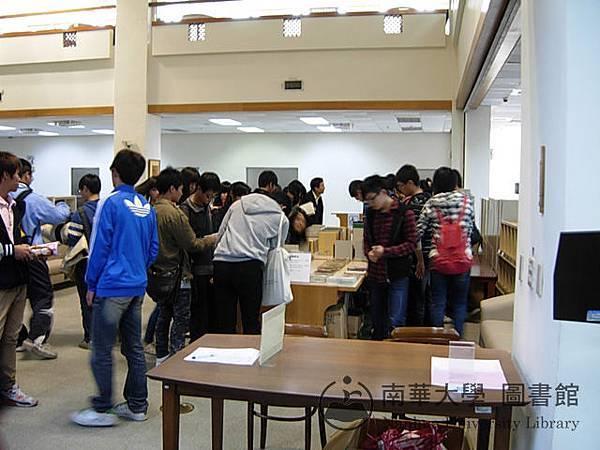 東石高中學生參與圖書館好書大放送活動