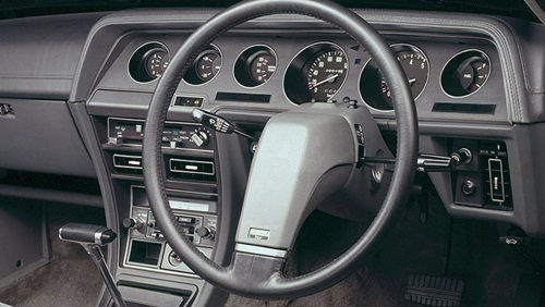 GalantΛ的這個一輻方向盤有些奇怪,但整個駕駛艙看上去有一種略帶古典的科技感