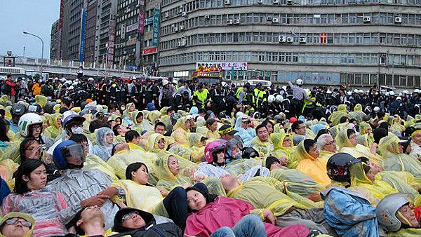 140428032646_cn_taipei_protest_04_624x351_bbcchinese_nocredit