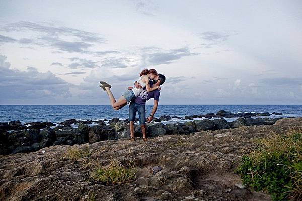 adaymag-couple-travels-around-the-world-to-capture-kiss-in-stunning-photos-03