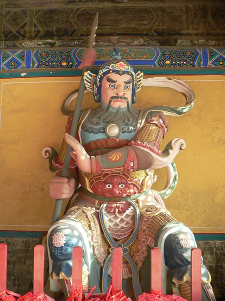 Nio_sitting_at_the_entrance_(right_side)_of_Beijing_Dongyue_Temple
