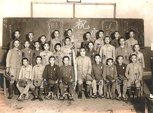 臺籍學生日本兵出征前_台籍學生日本兵出征前於教室裡的合影。出征前,地方街、庄會召開「壯行會」,由全體庄民送行。Taiwanese_Students_drafted_as_soldiers_during_World_War_II (1)