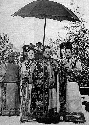 343px-Dowager_Empress_Cixi_at_Summer_Palace_with_Attendants