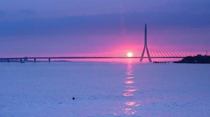 Danjiang_Bridge_at_sunset_2015_rendering