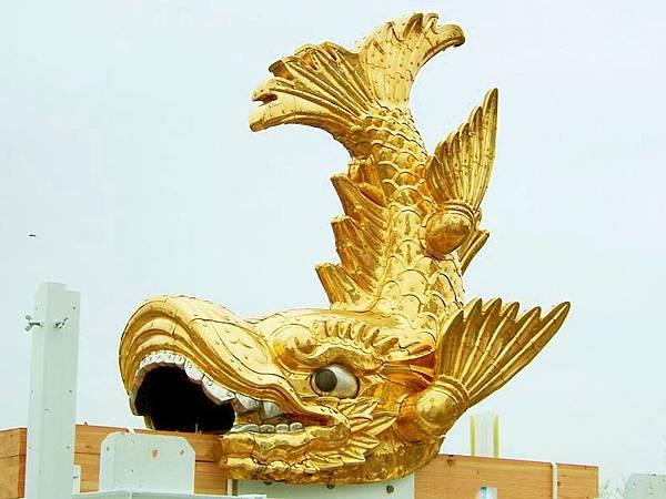 800px-Nagoya_Castle_Golden_Shachi-Hoko_Statue01(1)
