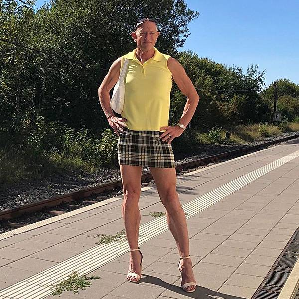 This-man-in-a-skirt-and-heels-is-breaking-taboos-questioning-standards-and-reinforcing-that-clothes-have-no-gender-5f87ee9ca6ffa__880