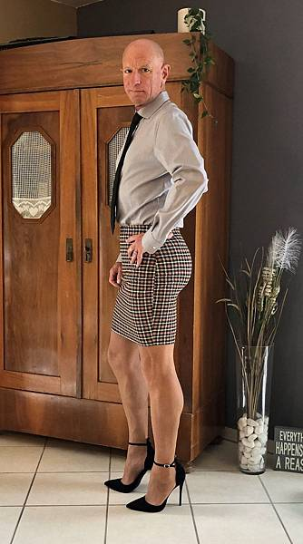 This-man-in-a-skirt-and-heels-is-breaking-taboos-questioning-standards-and-reinforcing-that-clothes-have-no-gender-5f87eea45b4a4__880