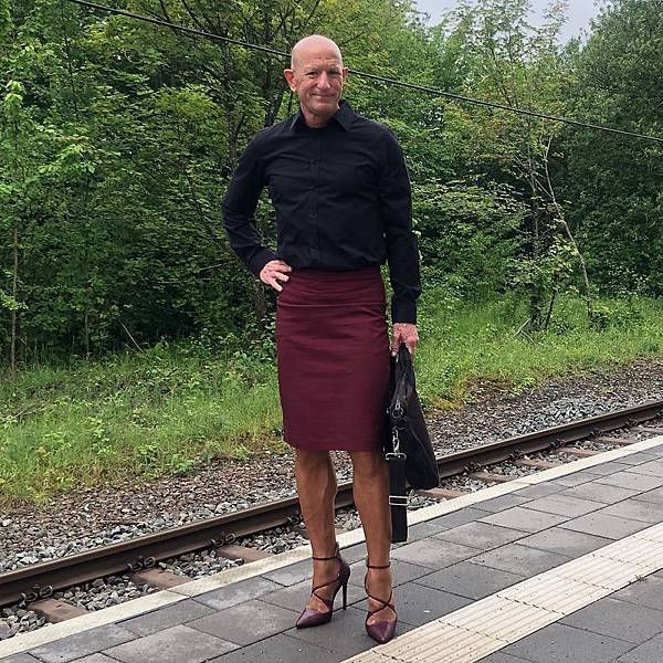 This-man-in-a-skirt-and-heels-is-breaking-taboos-questioning-standards-and-reinforcing-that-clothes-have-no-gender-5f87ee08cc388__880