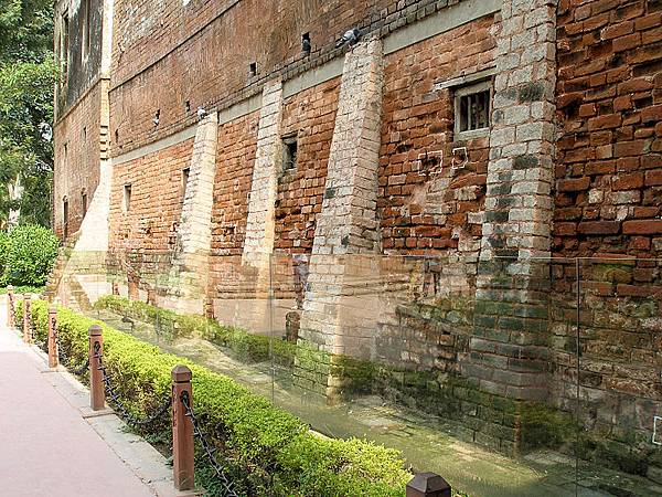 800px-Jallianwala_Bagh_Bullet_Marked_Wall