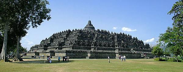 800px-Borobudur-Nothwest-view