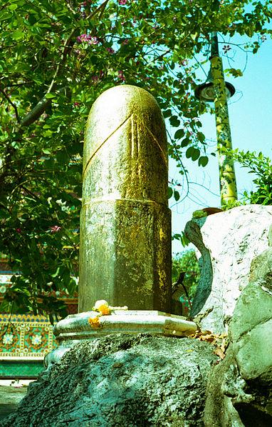 382px-Wat_Pho_lingam