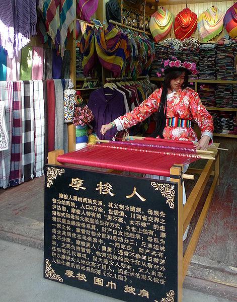471px-Mosuo_girl_weaver_in_Old_town_Lijiang
