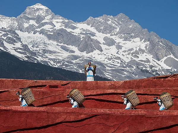 799px-Lijiang_Yunnan_China-Naxi-people-carrying-baskets-01
