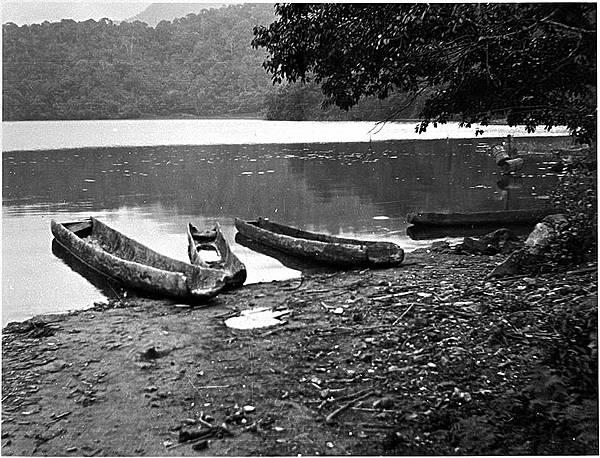 785px-Sun-Moon_Lake_Thao_canoe_by_Torii_n7570