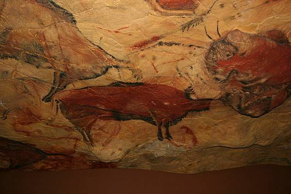 800px-Reproduction_cave_of_Altamira_01 (1)