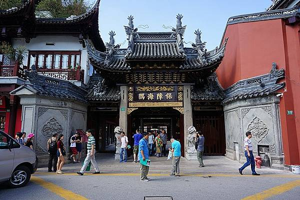 800px-The_Temple_of_the_Town_Deity_in_Shanghai_01_2015-09