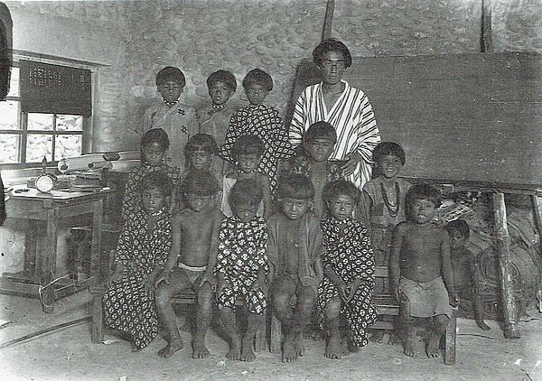 800px-Mabuchi_Tōichi_with_Yami_children