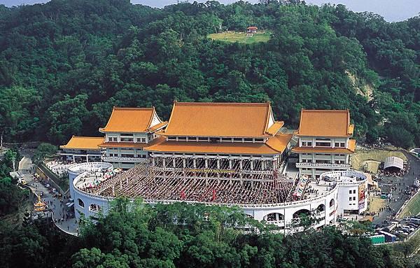台灣雷藏寺外觀鳥瞰,上方平台紅瓦寺殿為瑤池金母殿