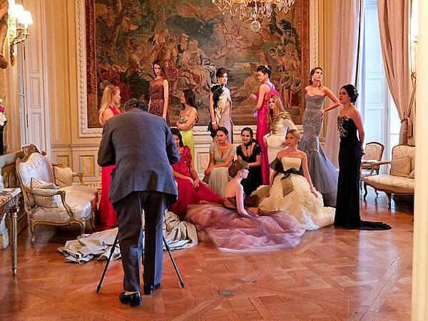 800px-Vanity_fair_photo_shoot_with_the_2011_debs_for_le_Bal_des_débutantes_in_Paris