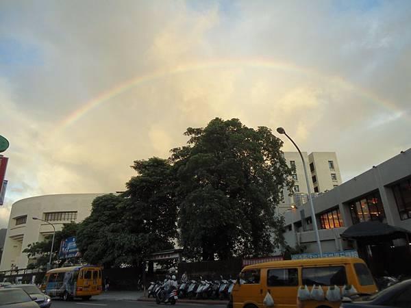 院外的彩虹