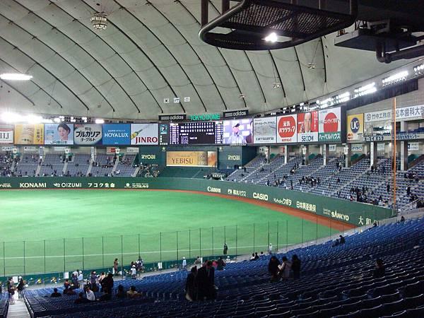 室內乾淨的球場。