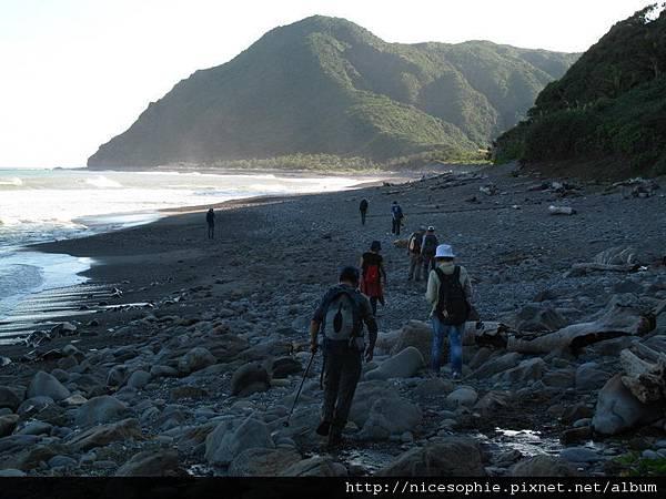 27-遠方左上方就是牡丹鼻山,右上方的山谷是女仍溪,越過了牡丹鼻就到旭海漁港了.JPG.jpg