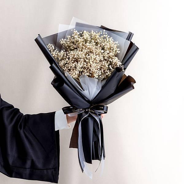 年輕人的最愛 黑色包裝白色滿天星乾燥花束 情人節花束 畢業花束 大型花束