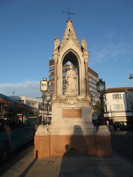 Maidstone 市區公車站附近的雕像