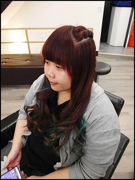 巧克力紅配挑染藍和綠<接髮>