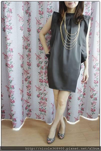 咖啡金絲質設計感洋裝售1580元