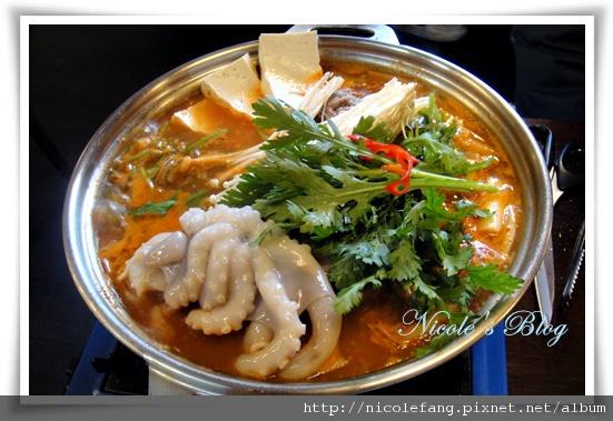 口味沒看起來辣的烤牛肉章魚火鍋,湯頭很讚喔。。。