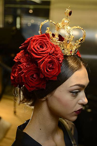 dolce-and-gabbana-summer-2015-women-fashion-show-backstage-15-zoom