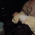 過年塞車 累到趴在馬麻腿上睡著了